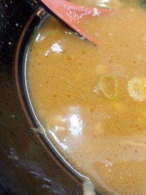 近所の家系ラーメンのスープよりはるかに濃い気がする