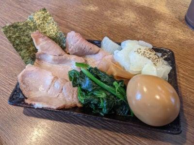 スペシャルつけ麺のトッピング皿